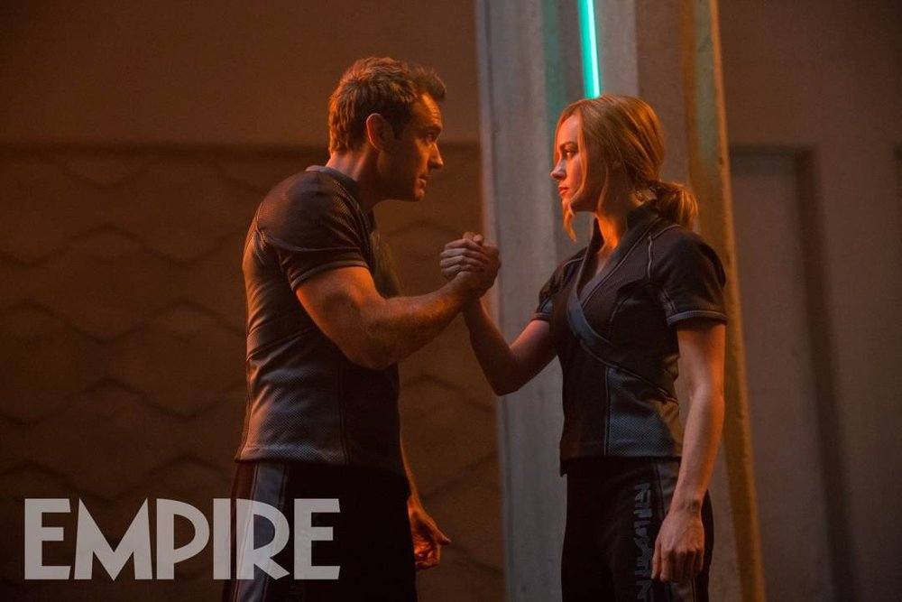 Brie Larson  e  Jude Law  recriam o épico aperto de mão do filme Predador