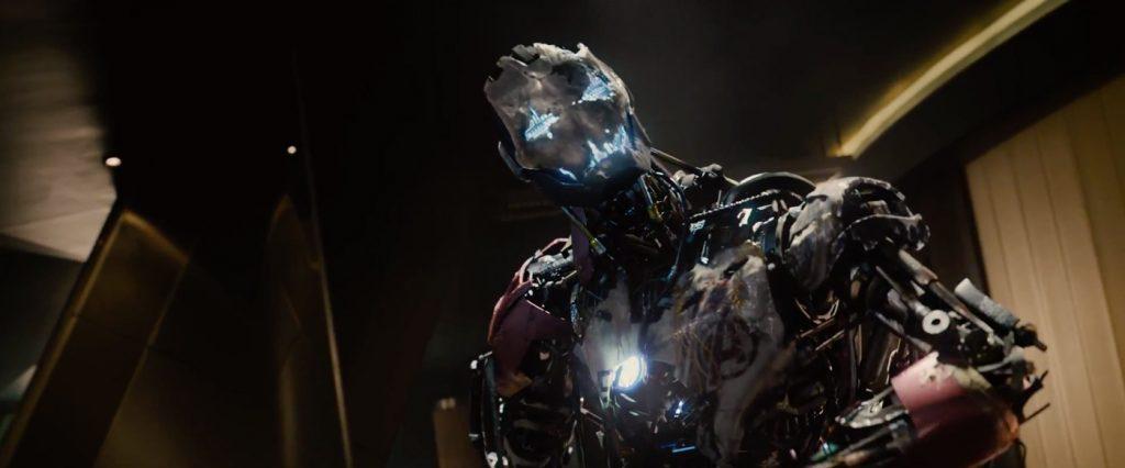 Ultron se manifestando em uma armadura Stark - Vingadores: Era de Ultron