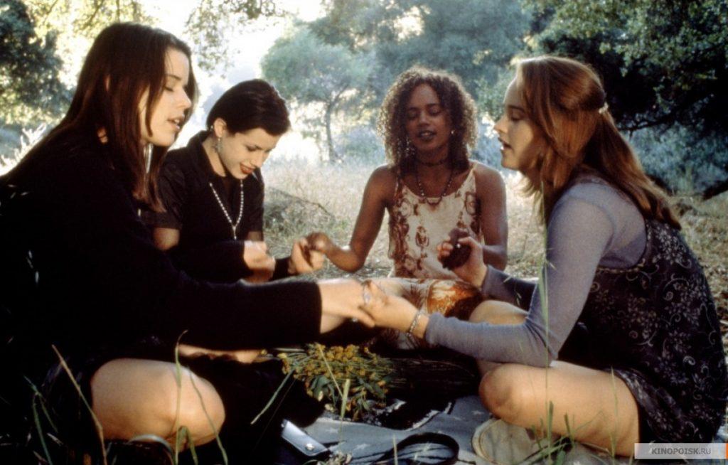 The Craft - Nancy Downs, Sarah Bailey, Bonnie e Rochelle praticando magia.