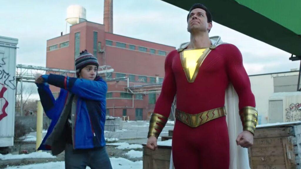 Shazam! (Zachary Levi) experimentando seus poderes com seu amigo Freddy Freeman (Jack Dylan Grazer)