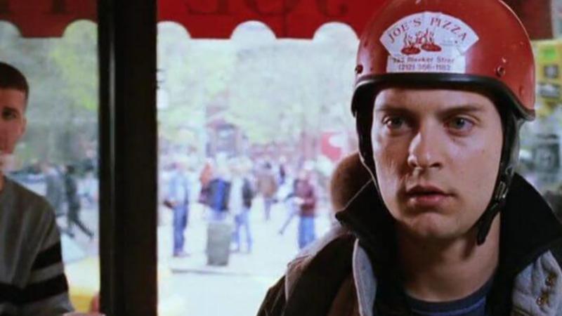 Tobey Maguire como entregador de pizza em Homem-Aranha 2 de Sam Raimi