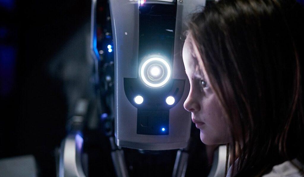 """I Am Mother, conta a história da primeira criança de uma nova geração de humanos, criado por um robô chamado """"Mãe"""""""