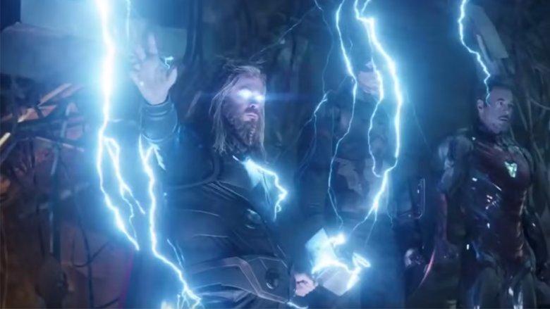 Thor mais humano e digno com seu martelo Mjolnir e Rompe Tormentas