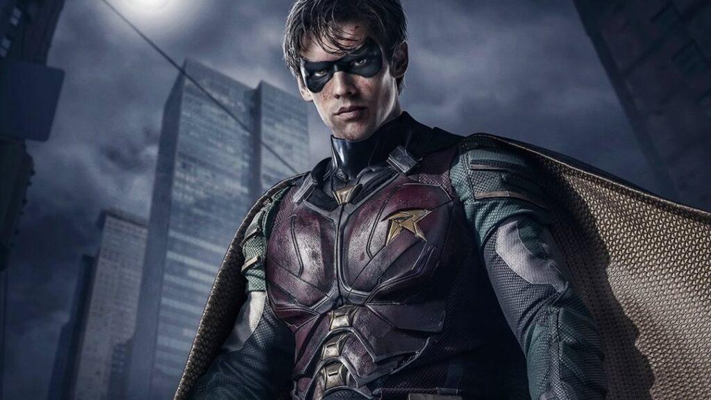 Robin na série Titans, juntamente com Estelar, Ravena e Mutano