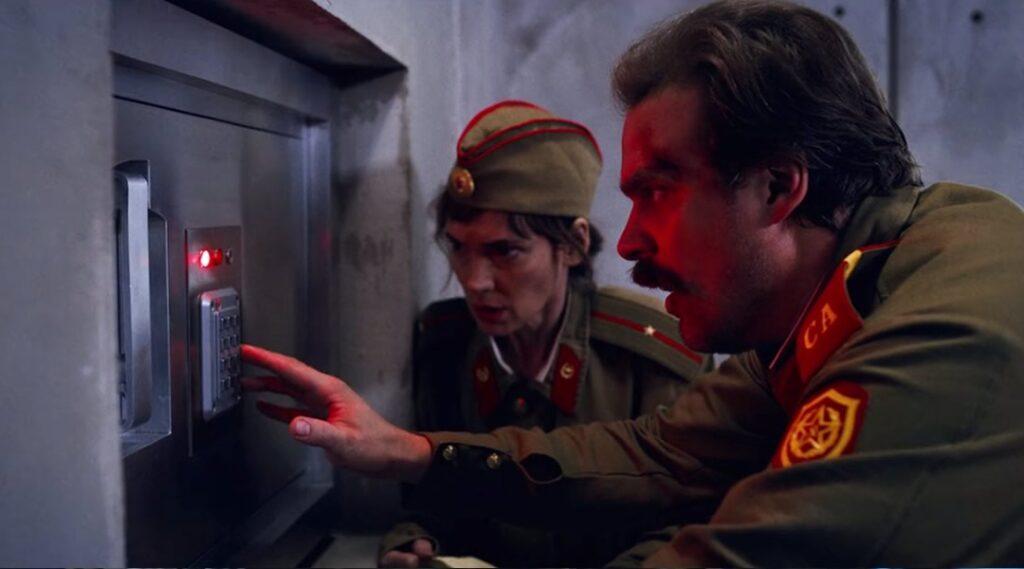 Stranger Things 3 - Hopper e Joyce na base dos Russos - Constante de Planck