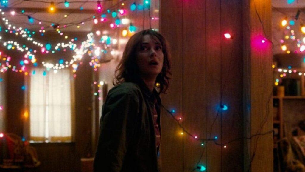 Stranger Things 1 - Joyce se comunicando com o Will