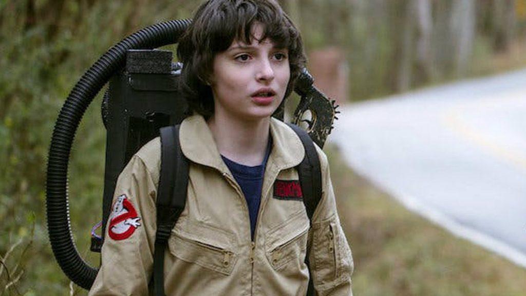 Mike Wheeler, veste o uniforme dos Caça-Fantasmas em Stranger Things