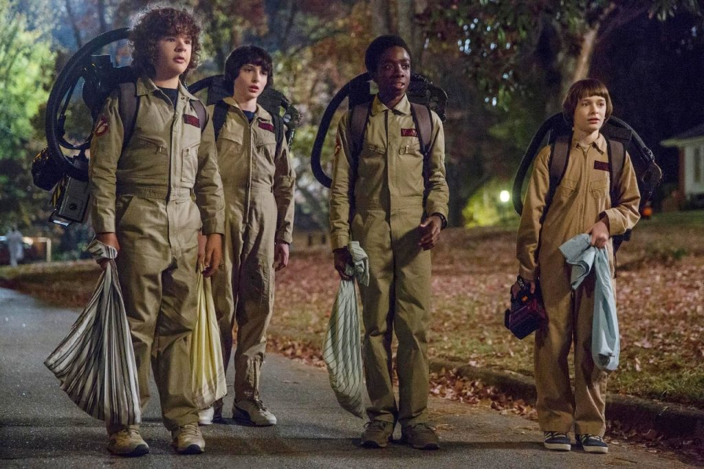 Segunda temporada de Stranger Things, Mike, Lucas, Will e Dustin vestidos de Caça Fantasmas