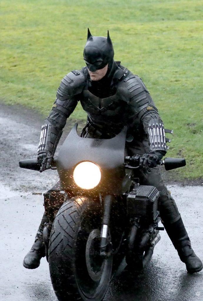 The Batman cenas de bastidores traje 1 690x1024 - The Batman   Imagens de bastidores mostram o traje completo do herói