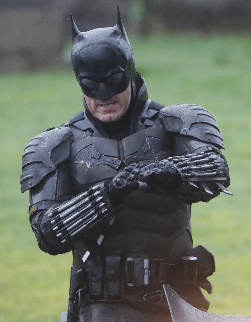The Batman cenas de bastidores traje 2 800x1024 - The Batman   Imagens de bastidores mostram o traje completo do herói