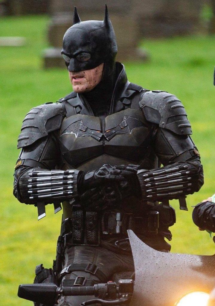 The Batman cenas de bastidores traje 4 719x1024 - The Batman   Imagens de bastidores mostram o traje completo do herói