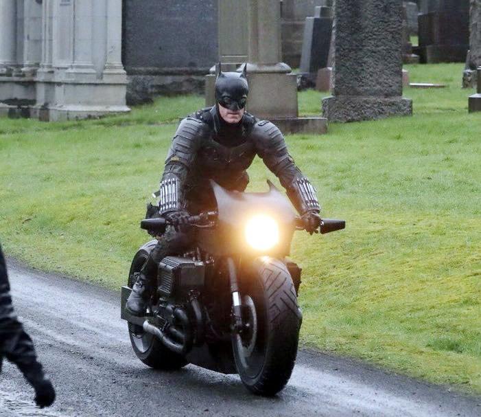 The Batman cenas de bastidores traje 6 - The Batman   Imagens de bastidores mostram o traje completo do herói