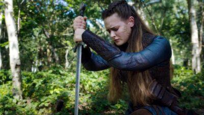 Cursed: A Lenda do Lago | Novo trailer da série da Netflix mostra Nimue de posse da Excalibur