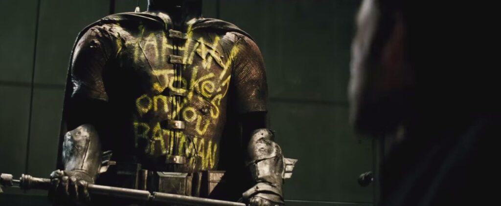 """traje do Robin, de Jason Todd, com o escrito que """"Agora a piada é você Batman"""""""