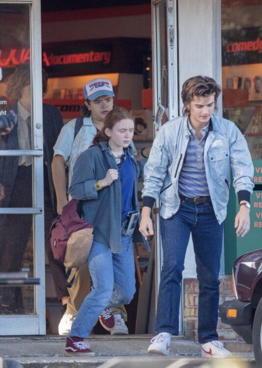 stranger things 4 fotos de bastidores da quarta temporada 1 534x750 - Stranger Things 4 | Fotos de bastidores da quarta temporada mostra possível namorada de Steve
