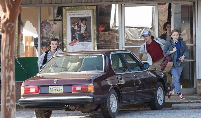 stranger things 4 fotos de bastidores da quarta temporada 3 - Stranger Things 4 | Fotos de bastidores da quarta temporada mostra possível namorada de Steve