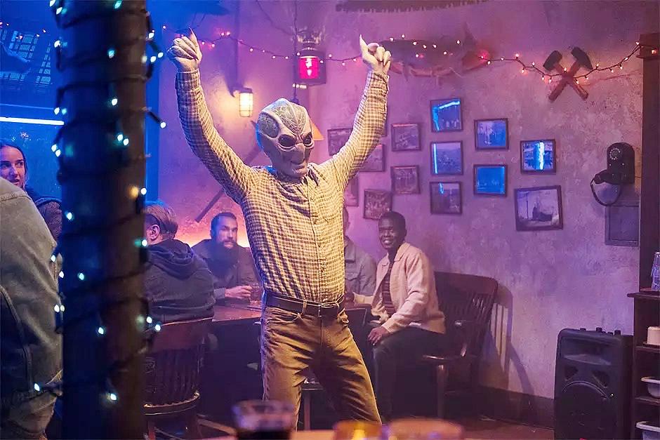 resident alien canal syfy libera 7 minutos da nova serie com alan tudyk f - Resident Alien: Canal Syfy libera 7 minutos da nova série com Alan Tudyk