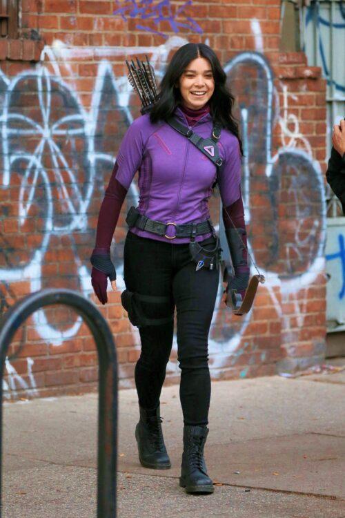 Série do Gavião Arqueiro tem imagens de Hailee Steinfeld como Kate Bishop de uniforme