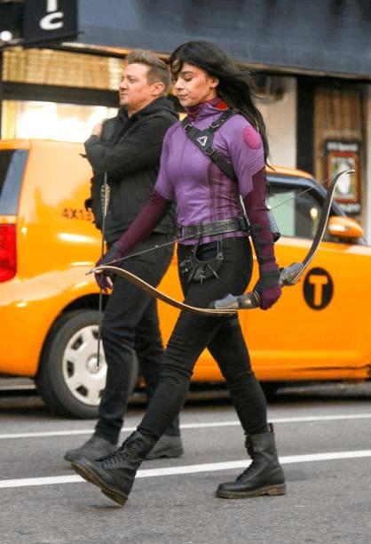 serie do gaviao arqueiro hailee steinfeld como kate bishop de uniforme b - Hawkeye | Série do Gavião Arqueiro tem imagens de Hailee Steinfeld como Kate Bishop de uniforme