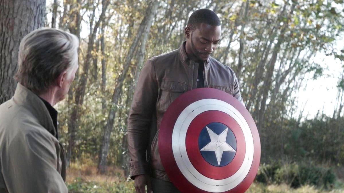Anthony Mackie revela que a Marvel quase escala outro ator para interpretar Capitão América velho de Chris Evans