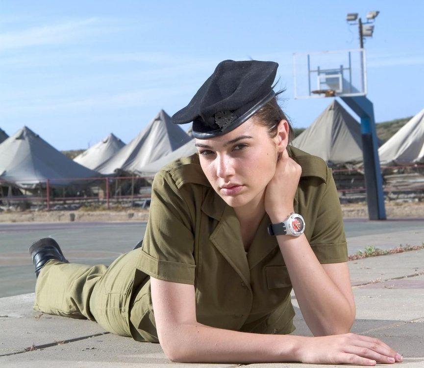 gal gadot 2 anos exercito israel 865x750 - Conheça a Biografia da Gal Gadot, do Exército até Mulher-Maravilha