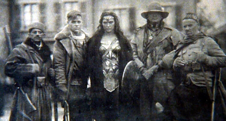 Mulher-Maravilha   Foto antiga de Mulher-Maravilha na primeira guerra mundial com Steve Trevor