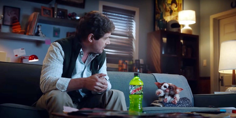 GREMLINS   Gizmo e Zach Galligan em divertido comercial da Mountain Dew
