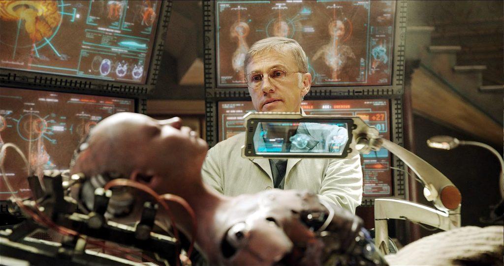 Alita, interpretado por Rosa Salazar, com o Dr. Dyson Ido, interpretado pelo ator Christoph Waltz