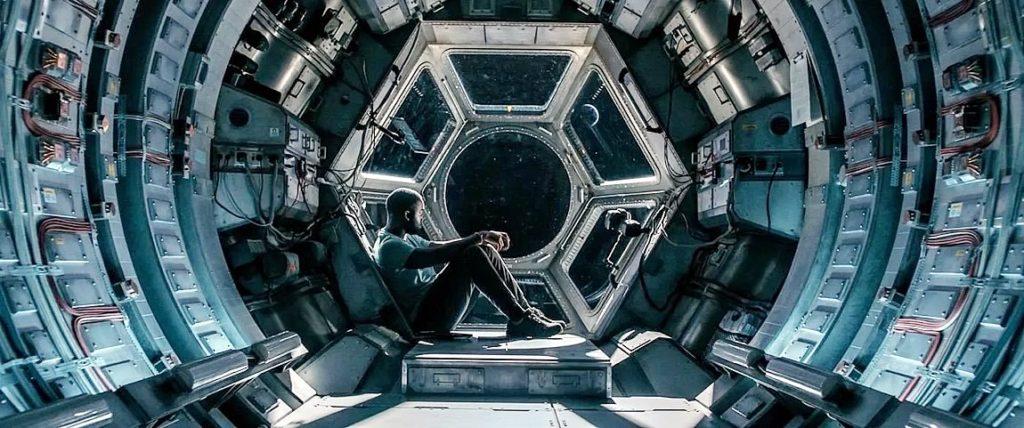 o passageiro clandestino toni collette em filme ficcao cientifica espacial na netflix 1 1024x428 - O Passageiro Clandestino | Toni Collette em filme de ficção científica espacial na Netflix