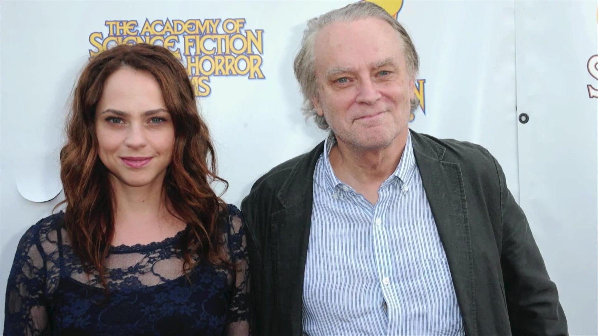 Fiona Dourif filha de Brad Dourif como Nica na série Chucky no canal Syfy