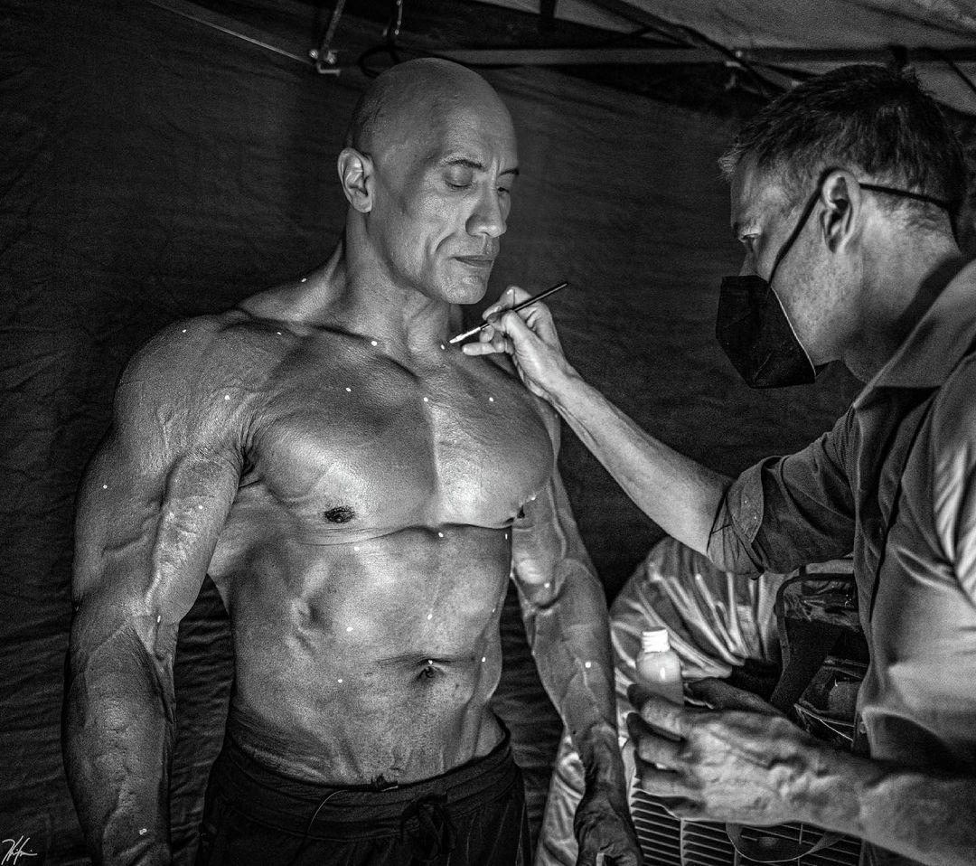 adao negro dwayne johnson the rock compartilha imagem maquiador bjoern rehbein fazendo marcacoes - Adão Negro | Dwayne Johnson compartilhou imagens de destruição no set do filme da DC