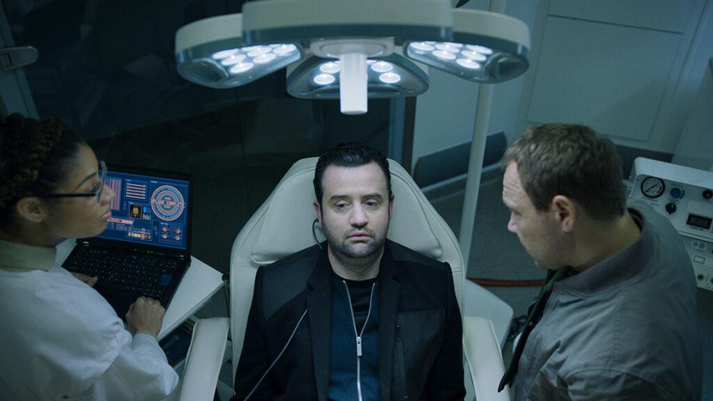 code 404 comedia ficcao cientifica episodio2 1024x576 - CODE 404 | Comédia de ficção científica onde um policial é trazido de volta à vida usando Inteligência Artificial