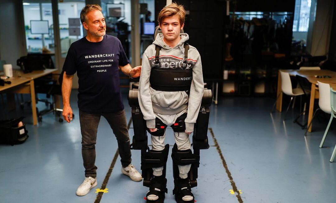 Pai cria traje robótico exoesqueleto para filho de 16 anos com paralisia poder andar
