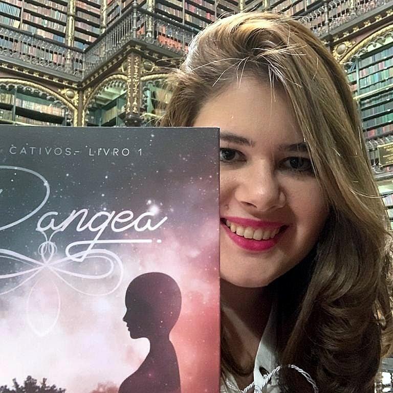 Aelita Lear | Escritora de fantasia ambientada na ficção científica traz um universo criativo e esperançoso para humanidade