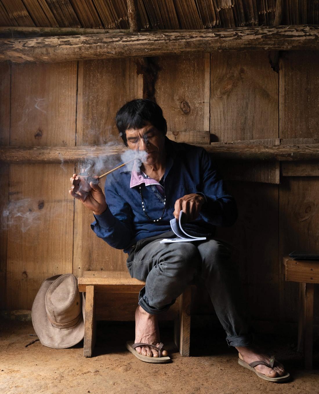 Livro bilíngue reúne Desenhos e Histórias da Cultura Guarani - José Verá